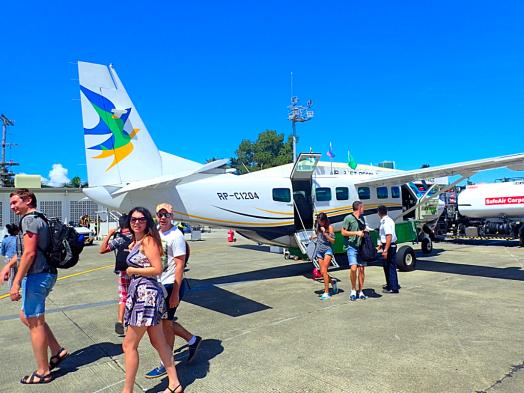 passengers-disembarking-air-juan-cessna-caravan-ex-at-boracay-airport-in-philippines