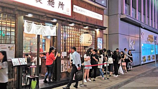 foodies-queuing-outside-causeway-bay-japanese-restaurant-credit-www.accidentaltravelwriter.net