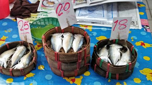 bang-ran-market-fingmonger-selling-fresh-fish